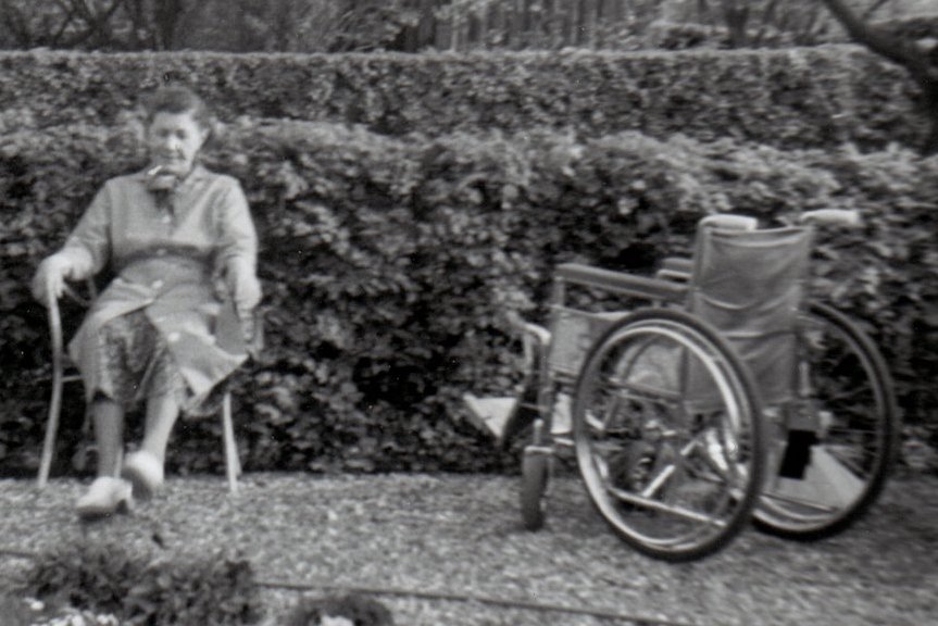 Min mormor i kolonihaven sommeren 1967. Og minsandten om det ikke er min kørestol, der står ved siden af. Man skal ikke lægge så meget i, at det er en voksenkørestol, selv om jeg kun var 12 år dengang. En kørestol var en kørestol og den var praktist at blive skubber rundt i, så ikke så meget pjat. Måske var det derfor