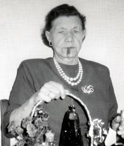 Min mormor fotograferet ved guldbrylluppet i 1969. Det er som jeg husker hende med cerutten i munden.