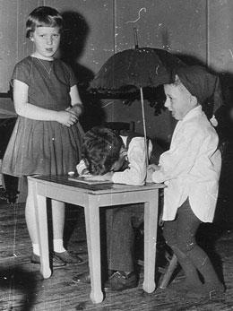 Dette billede stammer helt tilbage fra en optræden for forældre som vi lavede i den katolske skole omkring 1960. Det er mig der ligger sovende med hovedet på bordet. Resten af historien fortæller vist sig selv.