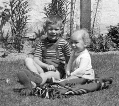Min storebror og jeg sidder godt her. Billedet er taget på et tidspunkt før nogen rigtigt undrede sig over, at jeg ikke rejste mig.