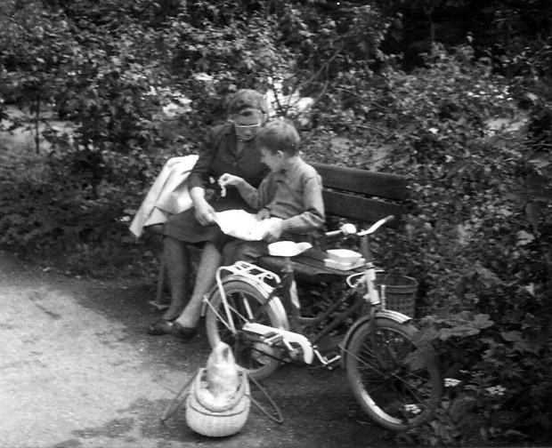 """Jeg brugte ikke kørestol før jeg var omkring 10 år gammel. Her er jeg """"på skovtur"""" i Lystanlægget. I forgrunden den cykel, jeg næsten altid kørte på."""