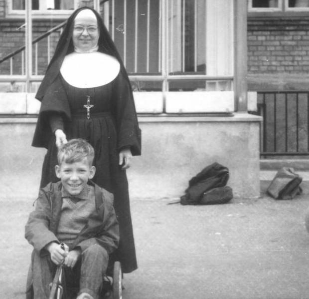 Et foto taget på den katolske skole formodentlig i begyndelsen af 1960'erne.