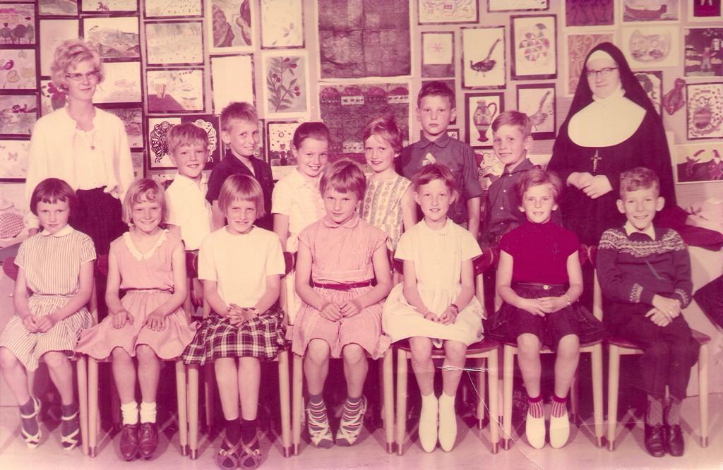 Blot som bevis til de, der vil nægte at tro på, at jeg nogensinde har gået på katolsk skole... Billedet er fra 1963.