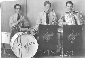 Orkestret Thonia med min far, Vagn Jakobsen, i midten. De øvrige kender jeg ikke. Måske kan nogen hjælpe?