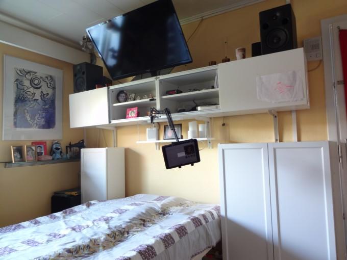 Mit soveværelse som det ser ud efter der er kommet låger på reoler osv.