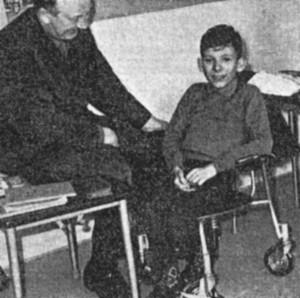 """""""Kørestolen"""" og pedel Konrad Jacobsen, der konstruerede den."""